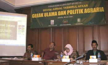 Narasumber dalam bedah jurnal, dari kiri ke kanan, Henry Saragih (Ketua Umum SPI), Prof. Makshum (Guru besar UGM), Lilis Nurul Husna (Moderator) dan Mun'im (Nu Online).