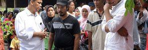 Usep Setiawan (kiri, pakai baju putih) berdialog dengan Ketua SPI Langkat Suriono (pakai topo, baju hitam)