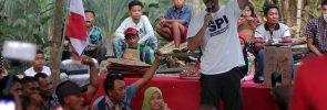 """Rio Dewanto menyampaikan sambutan dan semangatnya pada petani Mekar Jaya. """"Hidup petani,"""" katanya."""