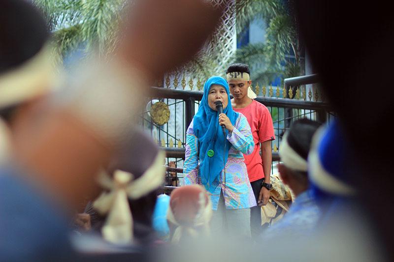 Ketua SPI Sumatera Utara Zubaidah berorasi di depan Kantor DPRD Sumatera Utara