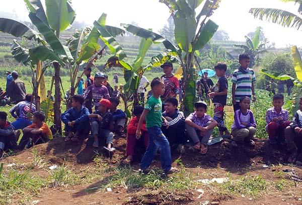 Anak-anak petani SPI Caringin, ikut turun ke lahan milik orangtuanya, ikut berjuang mempertahankan lahan.