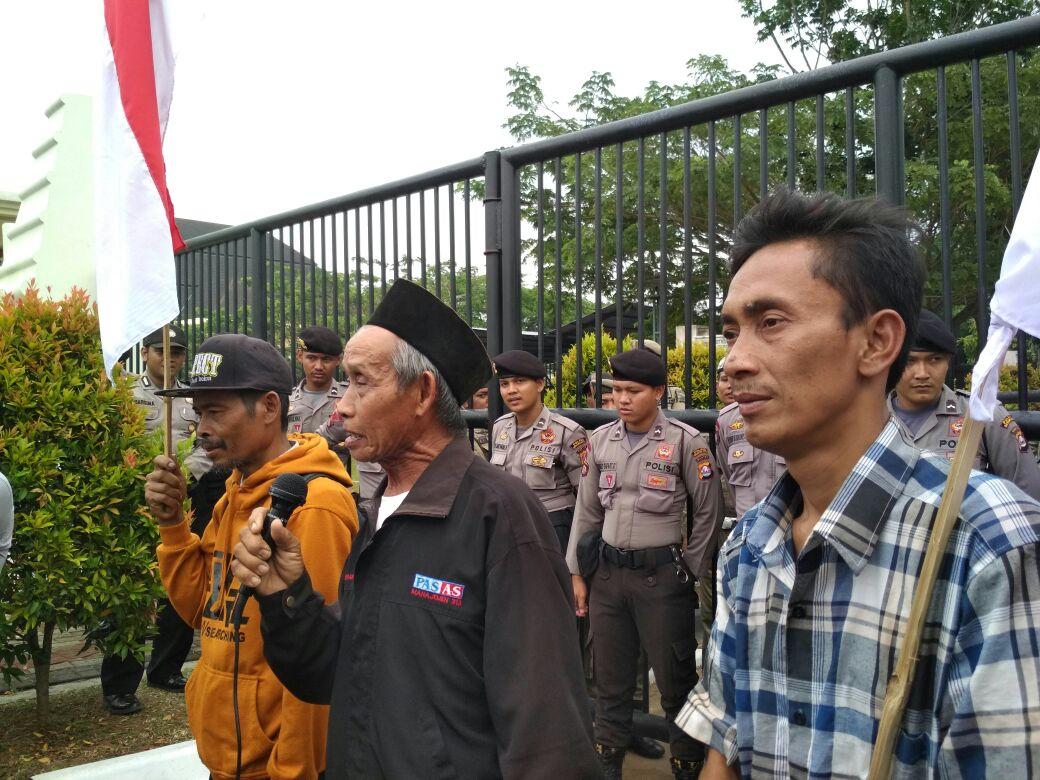 Aksi SPI Banten yang tergabung dalam Damar Leuit, peringati HTN 2017: Banten Darurat Agraria. Foto: Pak Sarnan, anggota MNP SPI sedang berorasi.