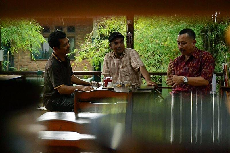 Ketua Umum SPI Henry Saragih (kiri) sedang berbincang hangat di Minum Kopi