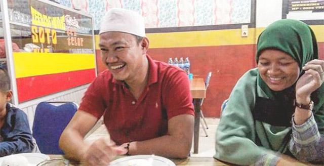 Azhari bersama istri dan anaknya sedang makan di sebuah rumah makan beberapa saat setelah ini dinyatakan bebas dari segala dakwaan